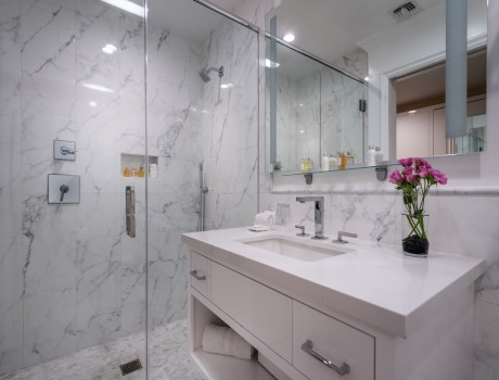 Beverly Hills Plaza Hotel & Spa - Executive Suite Guest Bathroom